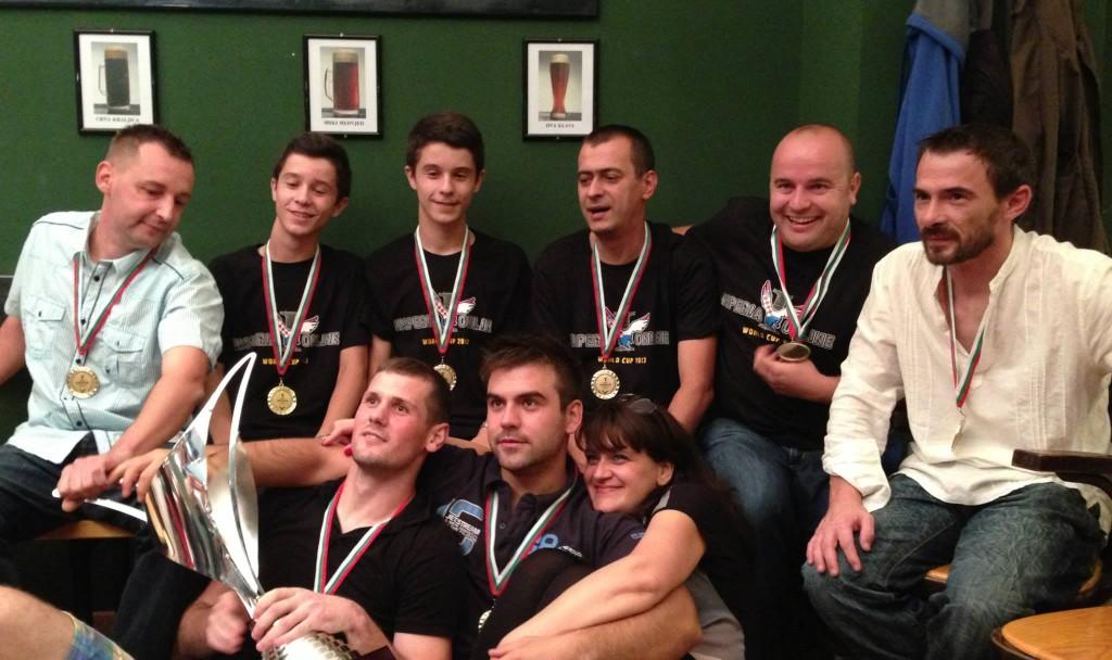 Дияна (в долната част на снимката) с хърватския отбор по ИО.