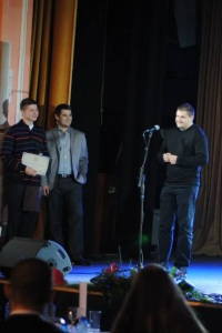 Съоснователят на Империя Онлайн Доброслав Димитров лично връчи отличията на двамата избрани студенти.